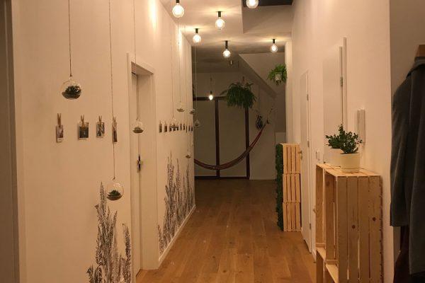 przytulne-mieszkanie-drewno-rosliny