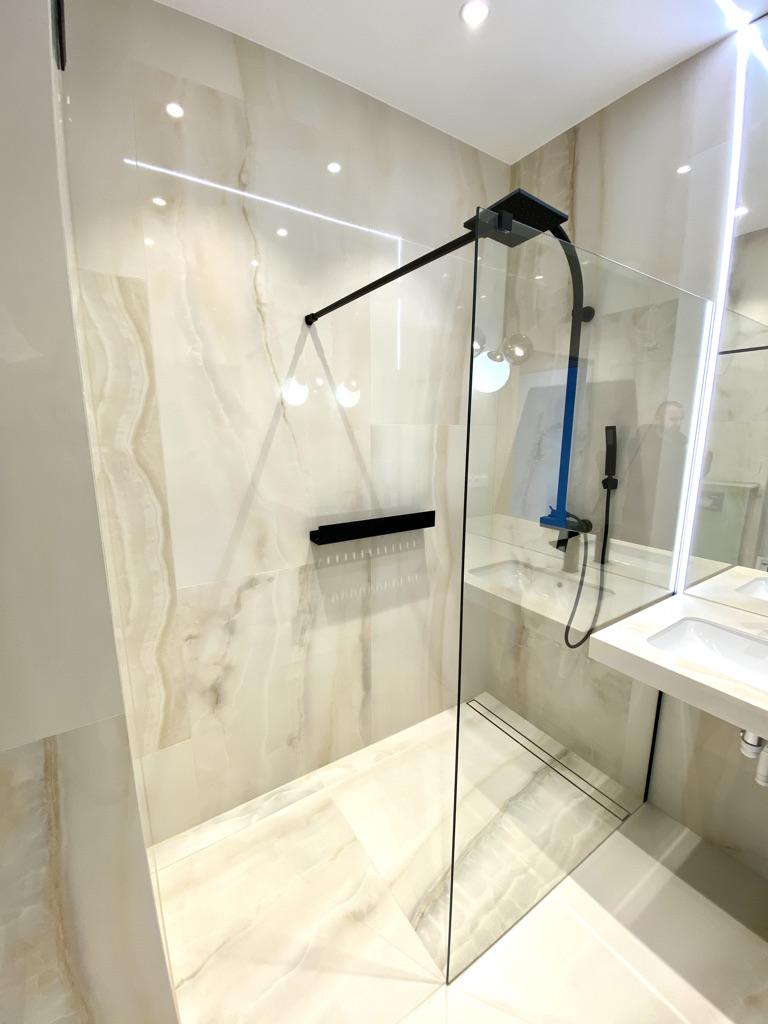 kabina prysznicowa walk-in w piecach kwarcowych