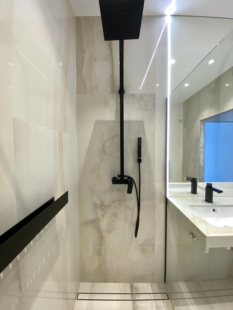 oświetlenie LED pod prysznicem